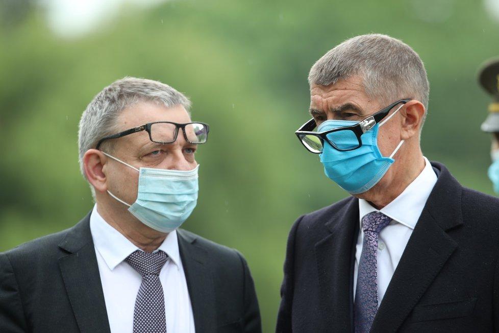 (zleva) Ministr kultury Lubomír Zaorálek a premiér Andrej Babiš (ANO) na pietním aktu k připomenutí 78. výročí vypálení Lidic (10.6.2020)