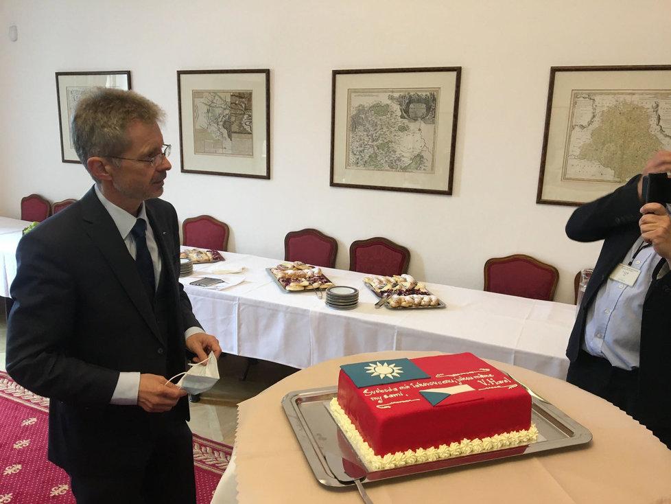 Předseda Senátu Miloš Vystrčil dostal a novinářům nabídl dort s českou a tchaj-wanskou vlajkou a citátem prezidenta Václava Havla. (9. 6. 2020)