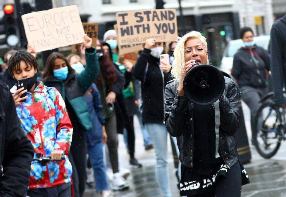 Britové protestovali proti policejní brutalitě v USA i přes pandemii koronaviru.