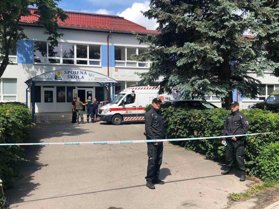 Velká tragédie: Došlo k útoku na základní škole, jedna osoba zemřela.