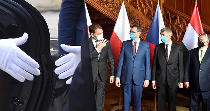Premiéři V4 se na summitu v Lednici vítali v rukavicích, na focení je odhodli (11. 6. 2020)