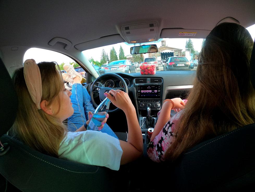 Koronavirus v Evropě: Koncert pro fanoušky v autech v lotyšské Rize (11. 6. 2020)