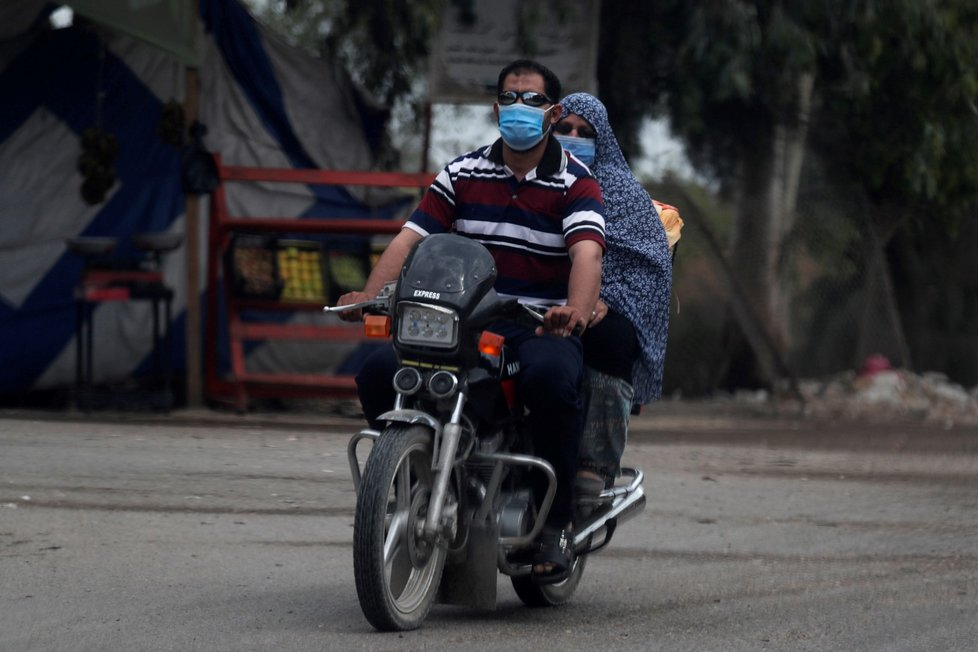 Egypt v době koronaviru: Obyvatelé s rouškami (13. 6. 2020)