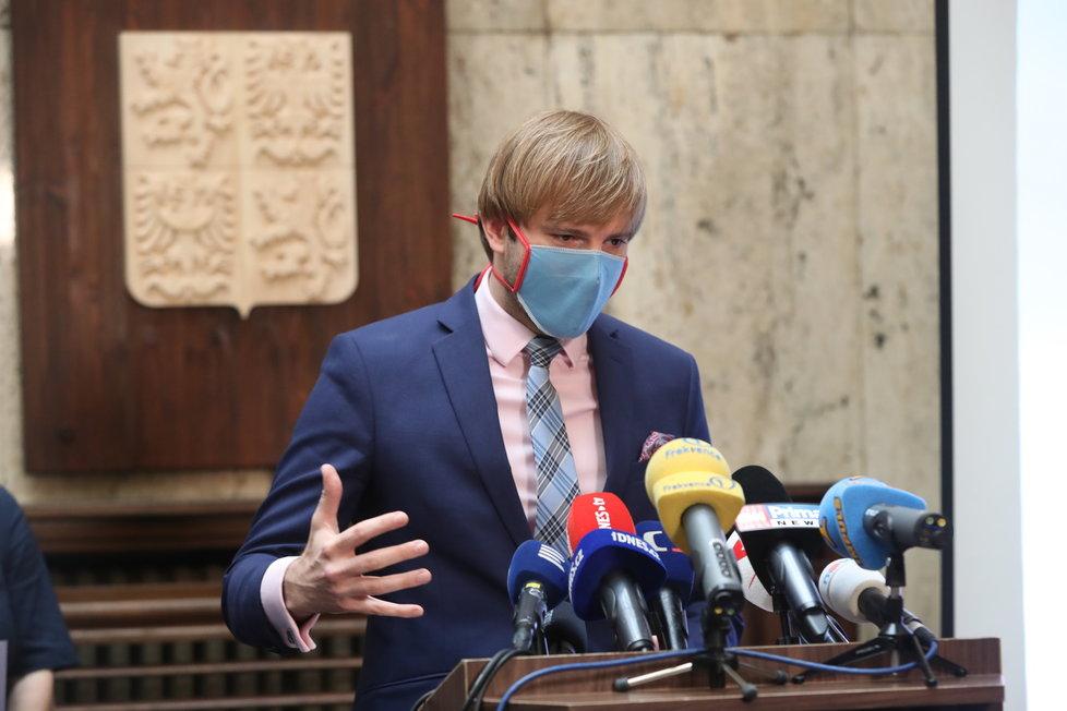 Ministr zdravotnictví Adam Vojtěch (za ANO) na tiskové konferenci k další vlně uvolňování opatření v Česku. (18.6.2020)