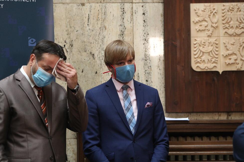 Tisková konference k dalšímu uvolňování v Česku: Ministr zdravotnictví Adam Vojtěch (za ANO) a epidemiolog Rastislav Maďar. (18.6.2020)