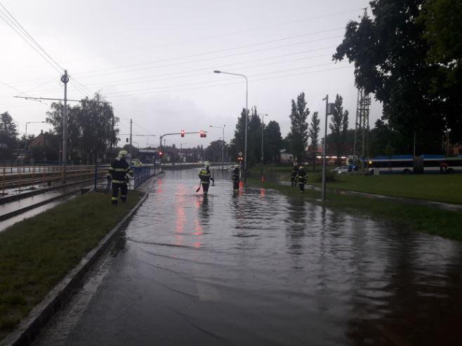 Hasiči v Moravskoslezském kraji se opět potýkají s následky silných dešťů a bouřek (19. 6. 2020).