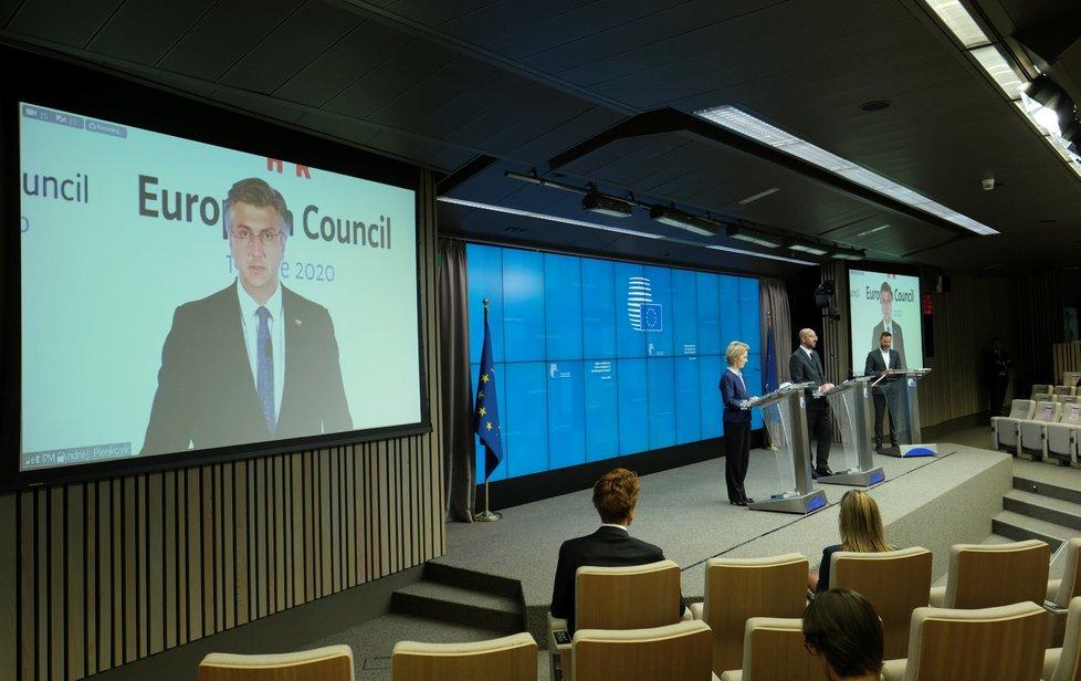 Předsedkyně Evropské komise Ursula von der Leyenová a předseda Evropské rady Charles Michel během videosummitu evropských lídrů (19. 6. 2020)