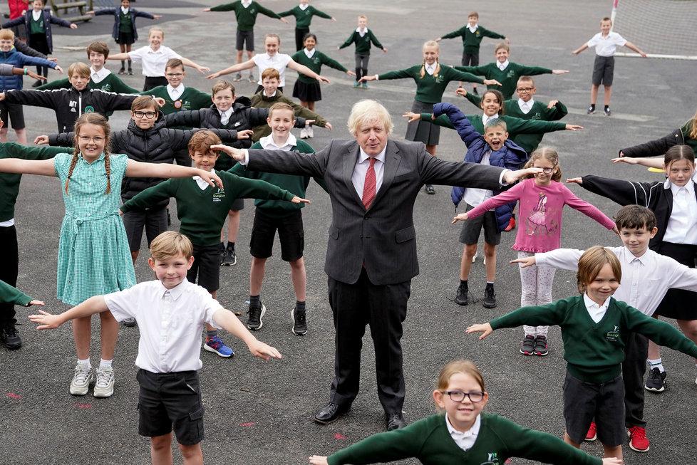 Premiér Johnson na exkurzi ve škole.