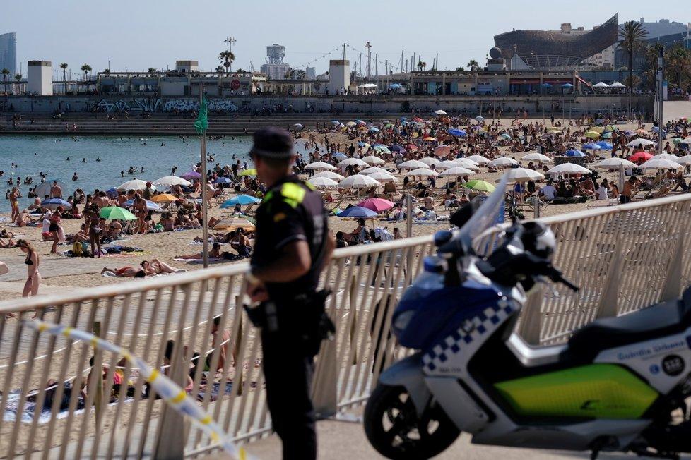 Plné pláže u španělské Barcelony.