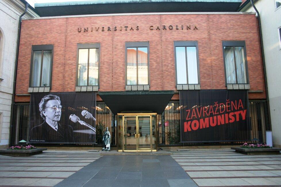 Plakát s podobiznou Milady Horákové a nápisem Zavražděna komunisty na budově Karolina.
