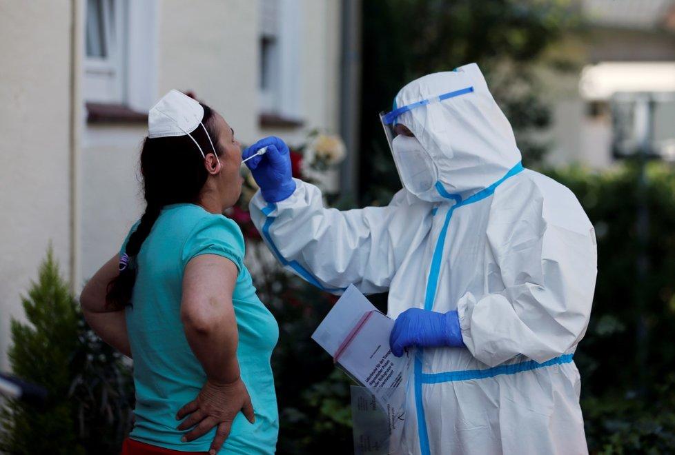 Testování v Německu poté, co se objevila masivní nákaza v masokombinátech (22. 6. 2020)