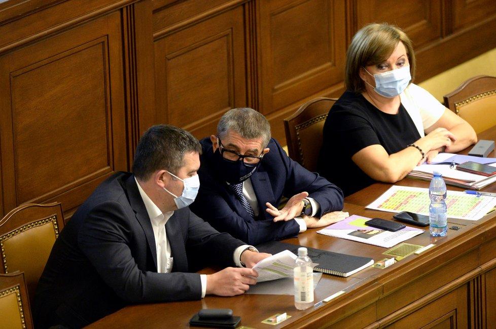 Zleva ministr vnitra Jan Hamáček (ČSSD), premiér Andrej Babiš (ANO) a ministryně Alena Schillerová (za ANO) na mimořádné schůzi Sněmovny 23. června 2020