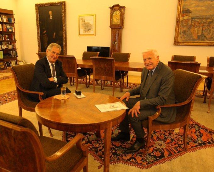 Miloš Zeman přijal 24. června 2020 na Pražském hradě Václava Klause. Svému předchůdci tak popřál dodatečně k 79. narozeninám.