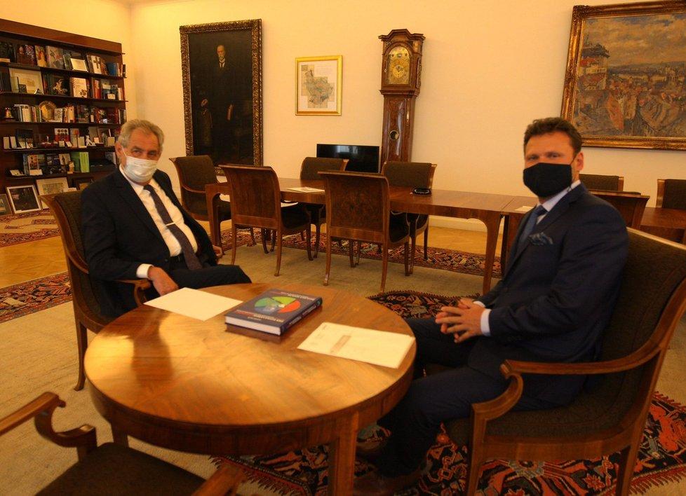 Prezident Miloš Zeman přijal na Hradě předsedu Poslanecké sněmovny Radka Vondráčka (ANO). šéf poslanců dal hlavě státu knihu. (24. 6. 2020)
