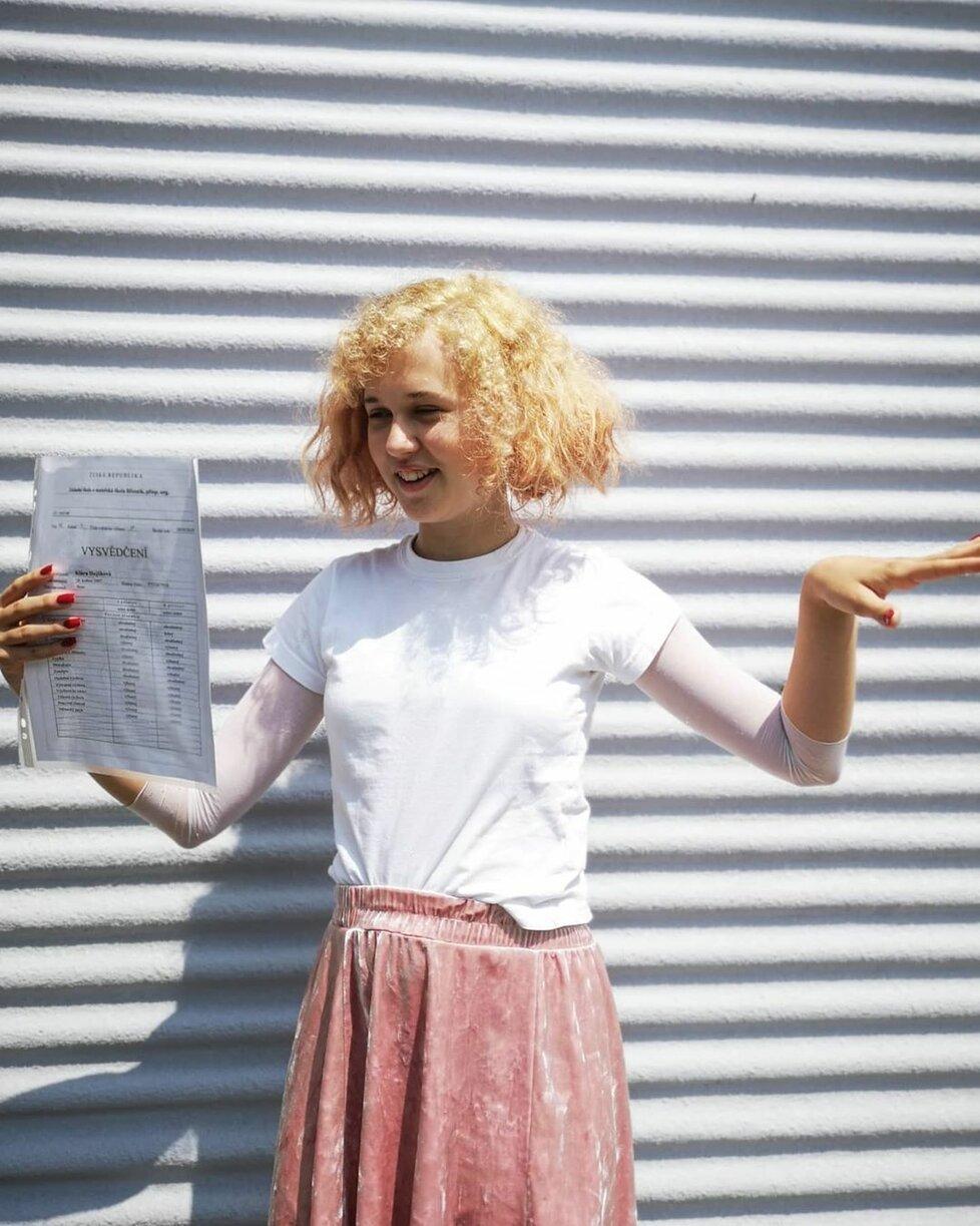 Vysvědčení u našich celebrit: Dcera Lukáše Hejlíka přivítala léto s novou barvou vlasů.