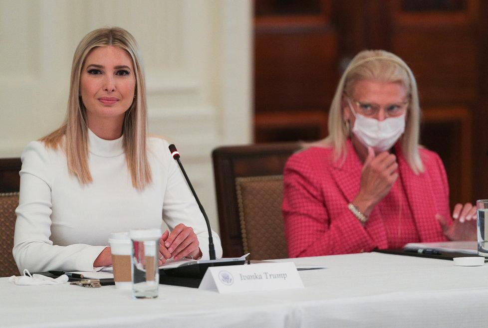 Ivanka Trumpová, poradkyně Bílého domu, s otcem, prezidentem Donaldem Trumpem, představila revizi v přijímání vládních zaměstnanců (29. 06. 2020).