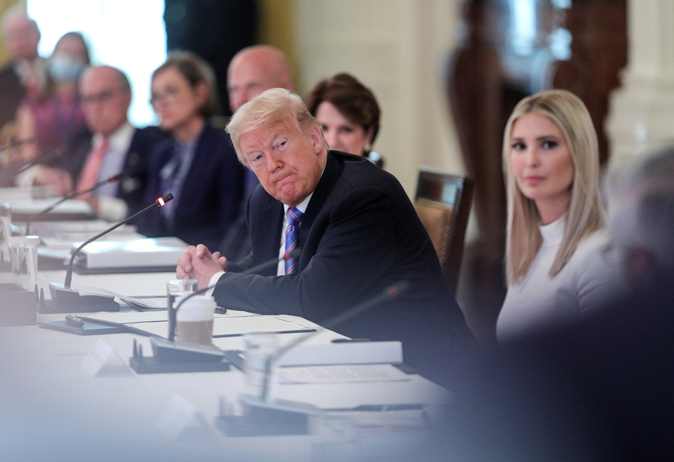 Ivanka Trumpová, poradkyně Bílého domu, s otce, prezidentem Donaldem Trumpem, představila revizi v přijímání vládních zaměstnanců, (29.06.2020).