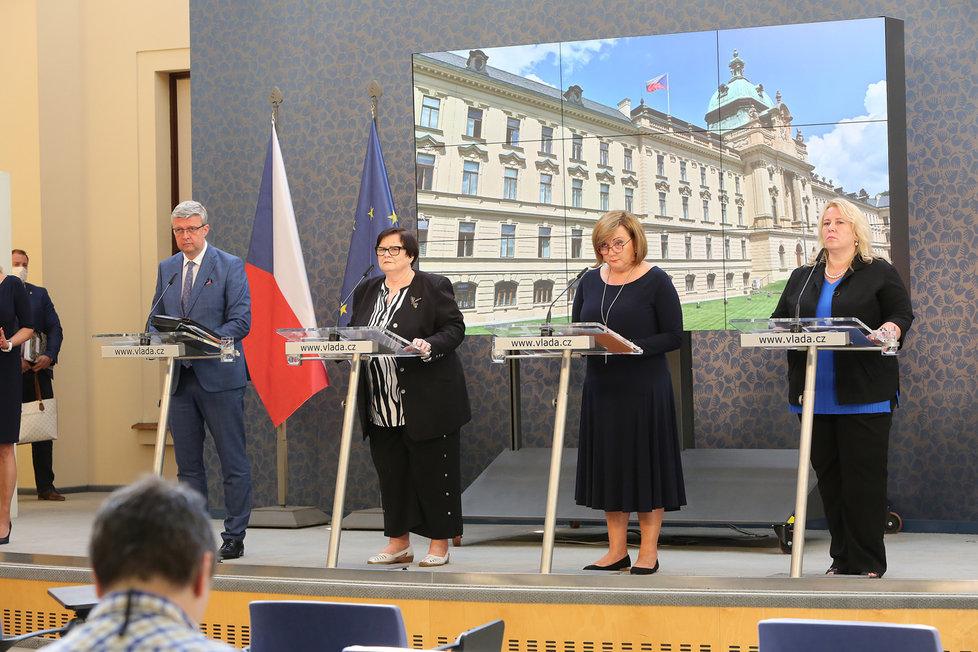 Zleva Karel Havlíček, Marie Benešová, Alena Schillerová a Klára Dostálová (všichni za ANO) na tiskové konferenci po jednání vlády (29. 6. 2020)