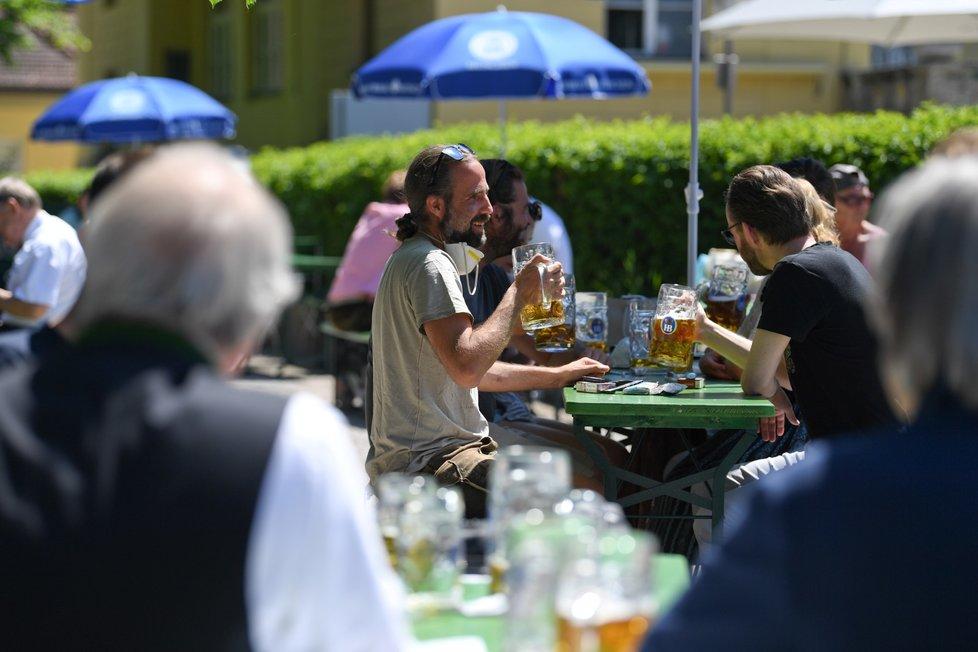 Obyvatelé Bavorska si užívají slunečného počasí v hospodách i navzdory pandemii.
