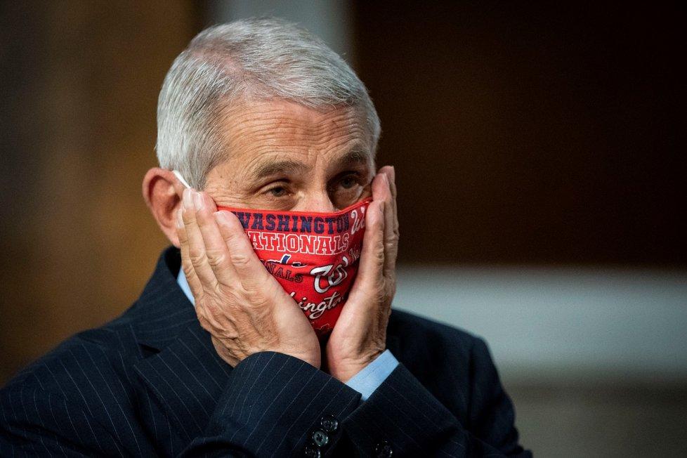 Americké senátory přesvědčoval o vážnosti situace kolem koronaviru ve Spojených státech epidemiolog a člen krizového štábu Bílého domu pro boj s koronavirem Anthony Fauci (30. 6. 2020)