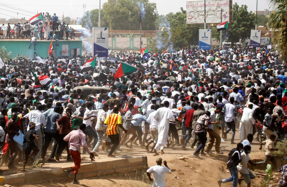 V Súdánu protestovaly tisíce lidí proti současné vládě (30.6.2020)