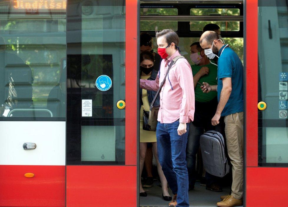 Od 1. července můžou Češi do tramvají bez roušek. Někteří si je ale nechali (1. 7. 2020)