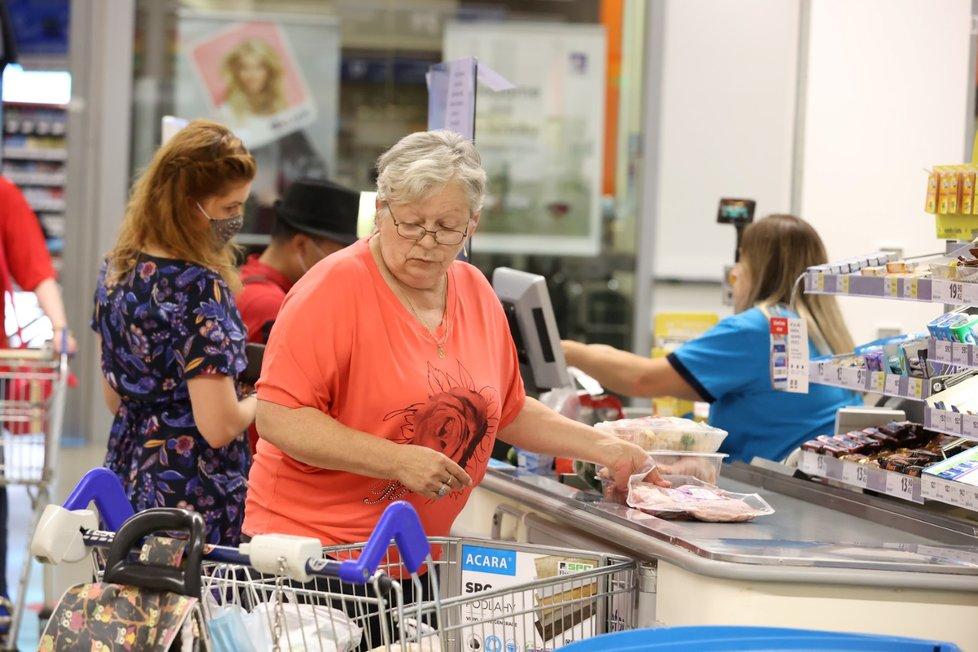Povinnost roušek při nákupech v Česku s výjimkou Moravskoslezského kraje ke 30. 6. skončila. Někdo si zakrytý obličej nechal při nákupu i 1. 7. 2020