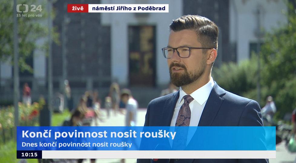 Vysílání České televize z pražského náměstí Jiřího z Poděbrad. Na snímku moderátor Tomáš Drahoňovský