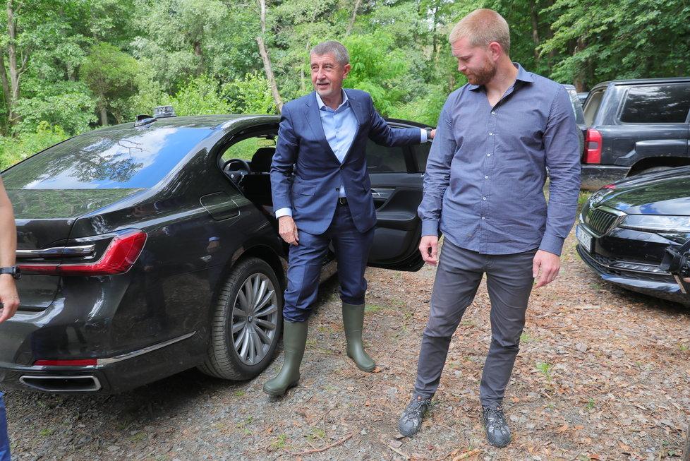 Premiér Andrej Babiš (ANO) šel s ministrem životního prostředí Richardem Brabcem (ANO) vypouštět raky kamenáče (2.7.2020)