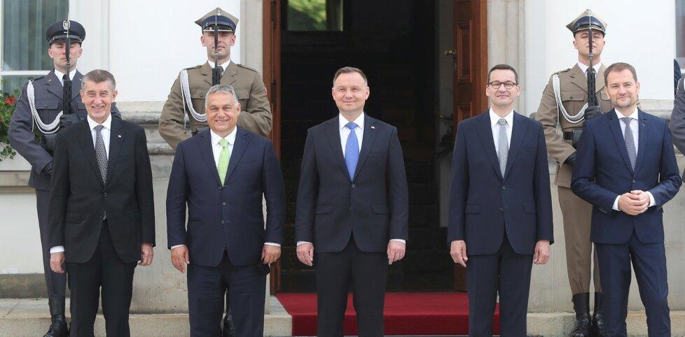 Polský prezident Andrzej Duda (uprostřed) a polský premiér Mateuzs Morawiecki se slovenským premiérem Igorem Matovičem, českým předsedou vlády Andrejem Babišem a předsedou vlády Maďarska Viktorem Orbánem na jednání V4.