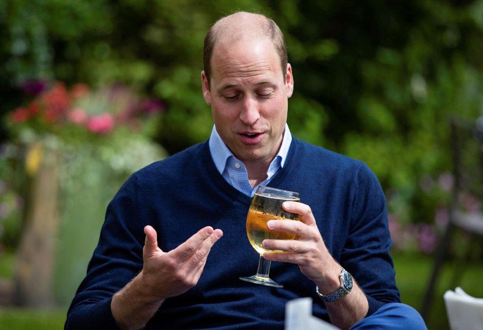 Princ William navštívil hospodu v Norfolku, aby personálu popřál dobré vykročení do nové sezony. Dopřál si u toho sklenici cideru. (3. 7. 2020)