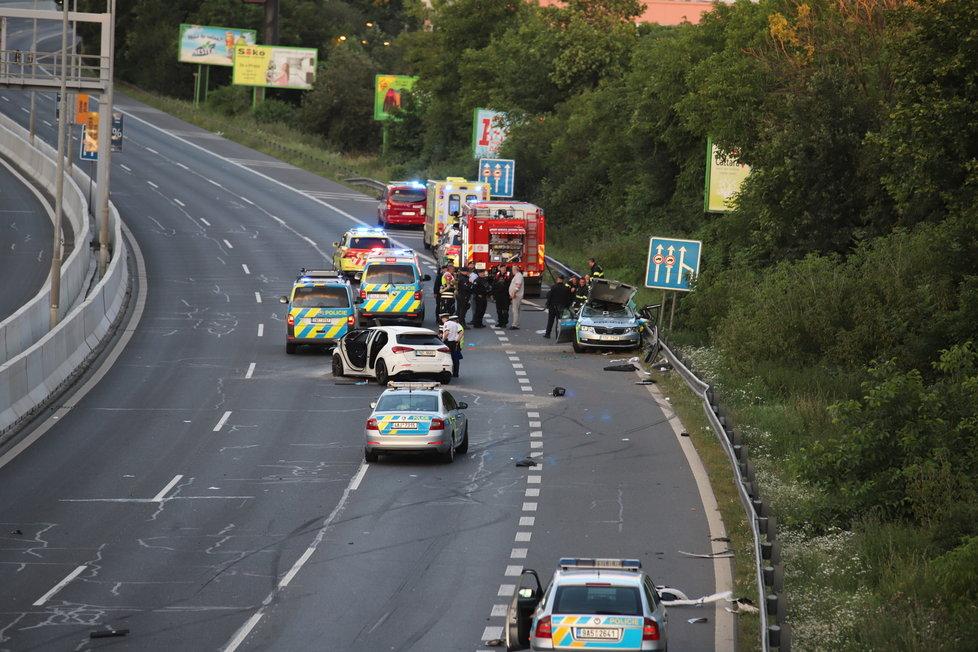 V ulici 5. května došlo v neděli večer k hromadné nehodě. Provoz po silnici byl ve směru z centra dočasně uzavřený.