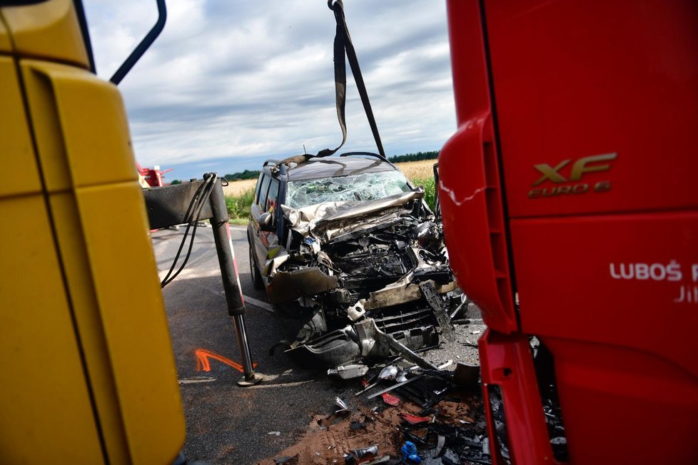 Na Kolínsku se stala smrtelná nehoda, kdy se střetl náklaďák a osobní automobil.