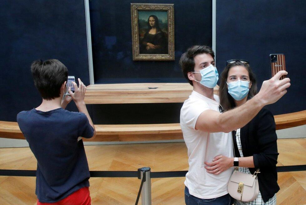 V Paříži se po čtyřech měsících otevřela galerie Louvre, návštěvníci tak znovu mohli obdivovat mimo jiné Monu Lisu (6. 7. 2020)