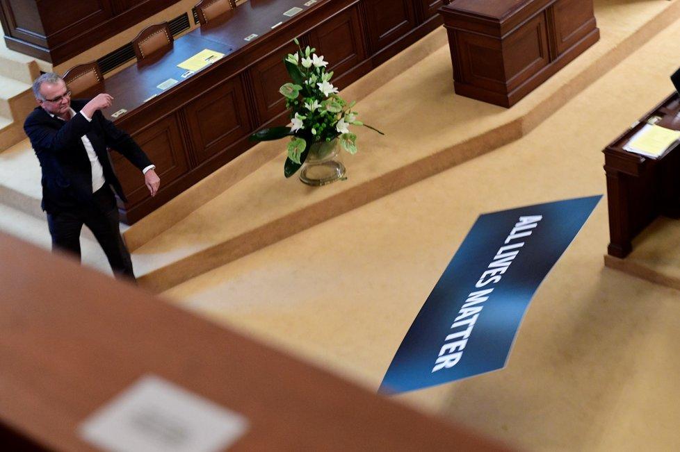 Lubomír Volný chtěl, aby sněmovna vyjádřila souhlas se Zemanem. Do sálu přinesl ceduli All Lives Matter (7.7.2020)