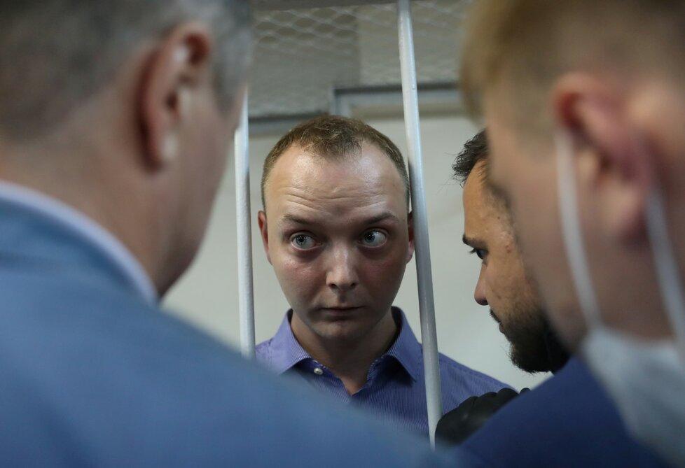 Případ zadrženého poradce šéfa agentury Roskosmos Ivana Safronova souvisí s předáním informace o ruských dodávkách zbraní na Blízký východ a v Africe českým tajným službám. Podle agentury TASS to večer po jednání soudu o uvalení vazby na zadrženého řekl Safronovův obhájce Jevgenij Smirnov. (7. 7. 2020)