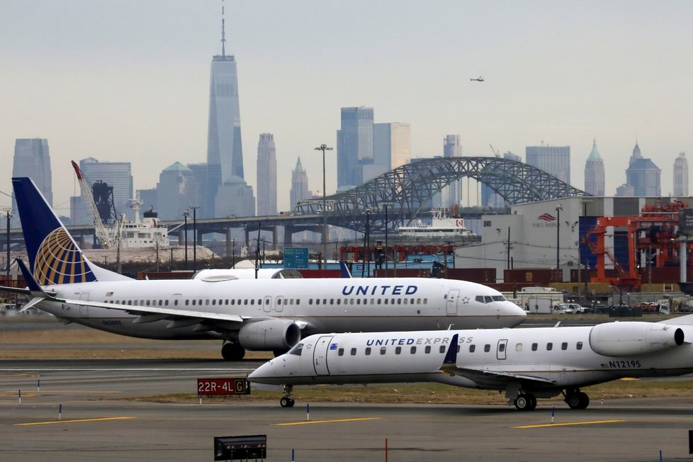 United Airlines zvažují, že propustí polovinu zaměstnanců.