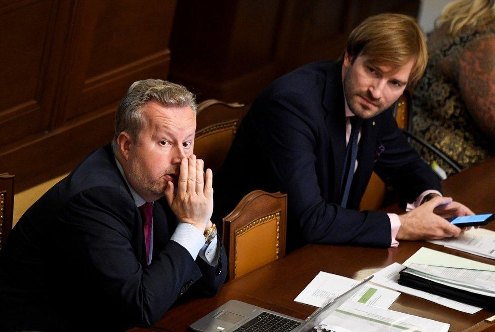 Ministr životního prostředí Richard Brabec (za ANO) a ministr zdravotnictví Adam Vojtěch (za ANO) na schůzi sněmovny (8.7.2020)