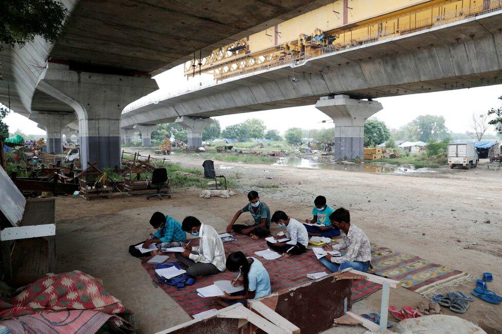Děti v Indii během vyúky. Školy byly zavřené v březnu a některé děti nemají internetové připojení