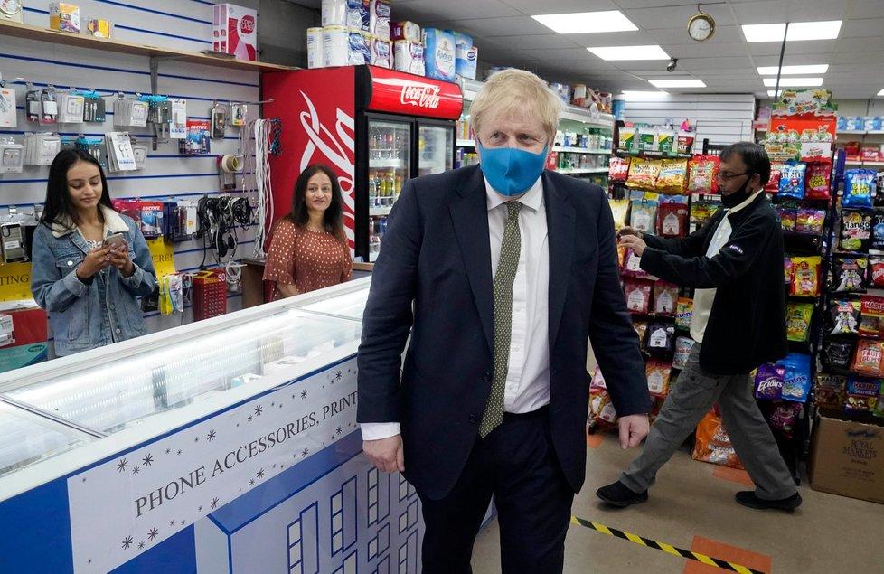 Premiér Boris Johnson v roušce (10. 7. 2020)