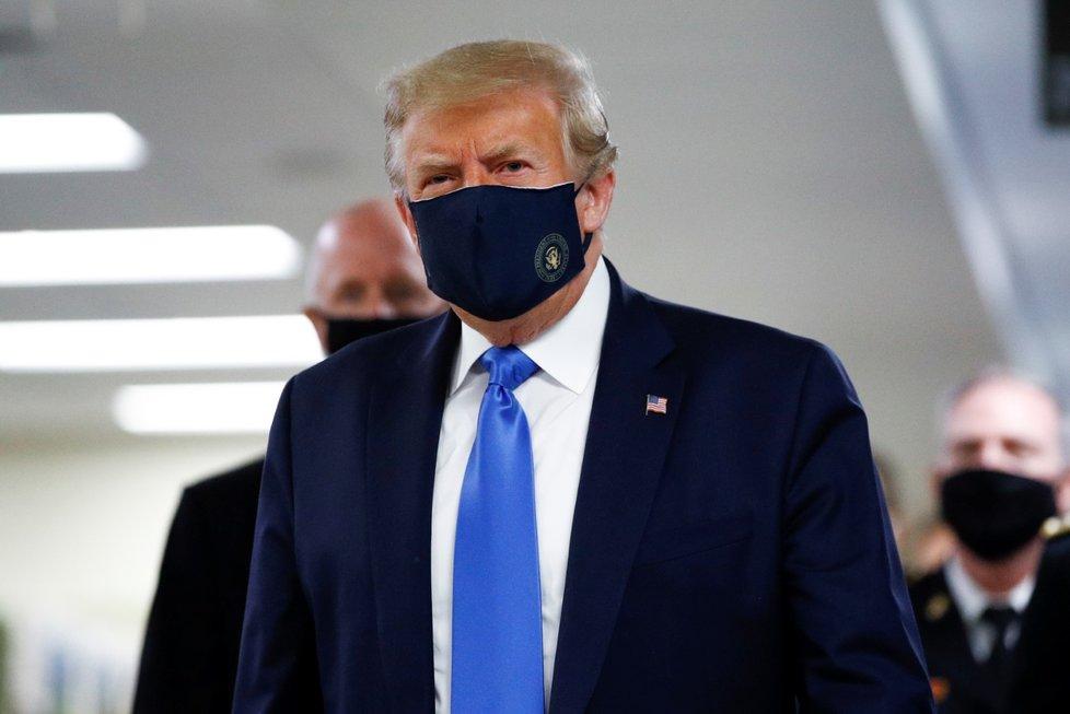 Prezident Donald Trump v roušce navštívil Walter Reed National Military Medical Center v Bethesdě (11. 7. 2020)