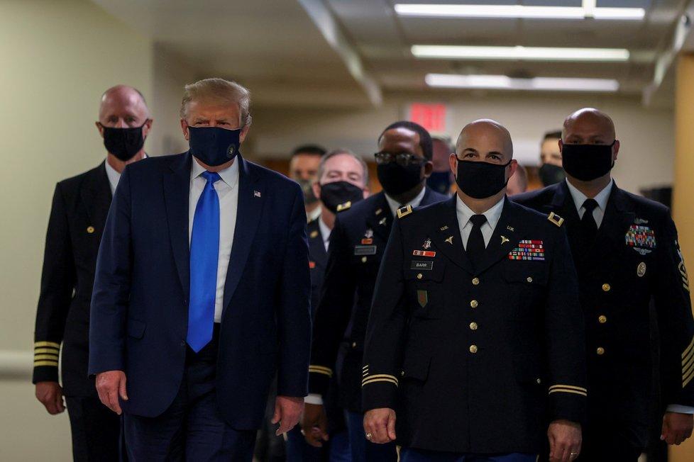 Prezident Donald Trump v roušce navštívil Walter Reed National Military Medical Center v Bethesdě. (11. 7. 2020)