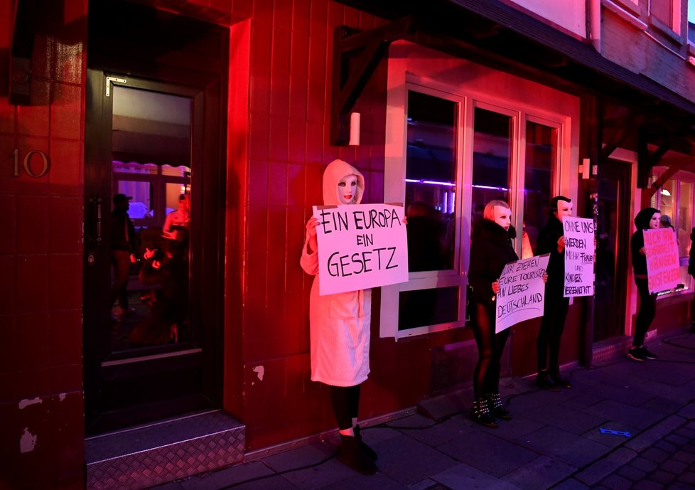 Protest prostitutek v Hamburku s požadavkem vládě, ať otevře znovu nevěstince (11. 7. 2020)