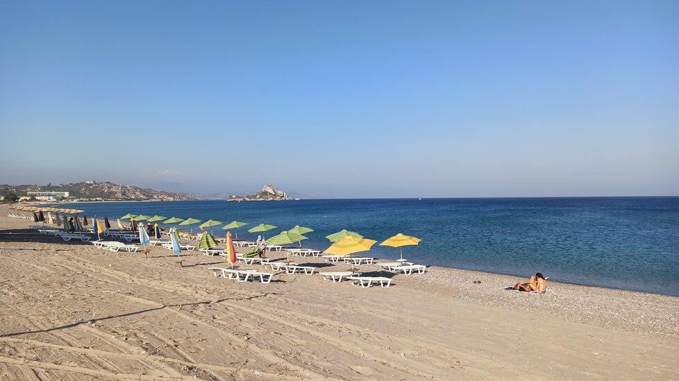 Prázdná pláž Agios Stephanos.