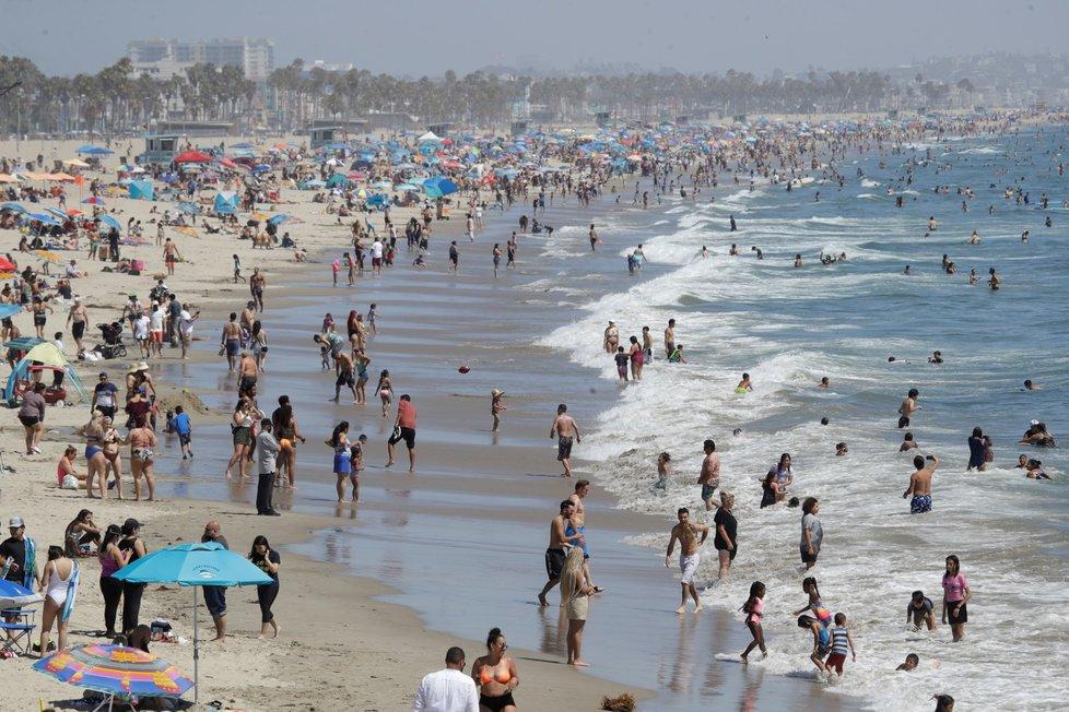 Kalifornie kvůli koronaviru znovu zpřísnila opatření a zavřela bary i kostely. Na plážích bylo ale plno (13. 7. 2020)