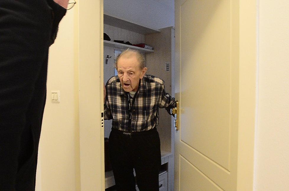 Milouš Jakeš umíral doma. Byl zde v karanténě a sám