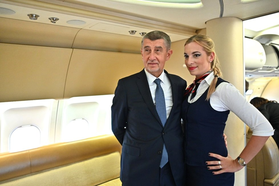 Andrej Babiš (ANO) na palubě vládního speciálu se sličnou letuškou při cestě do Bruselu na summit EU (16.7.2020)