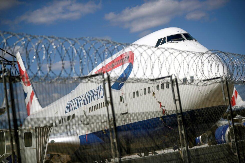 Odstavený Boeing 747 na letišti v Londýně.