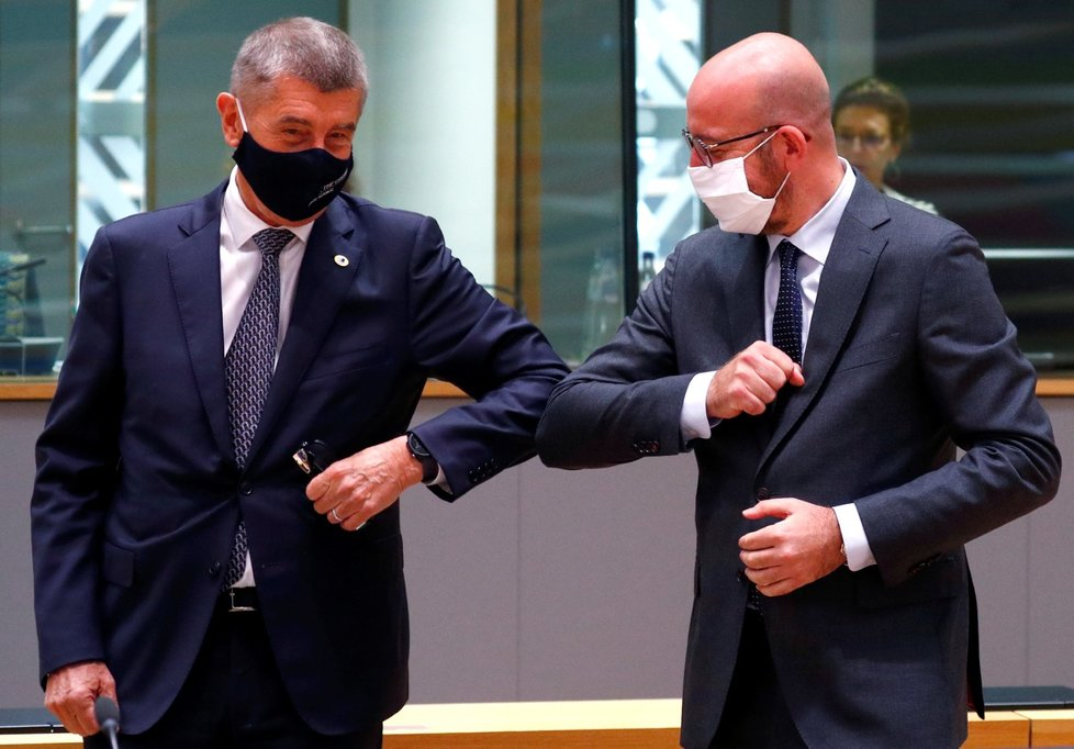 Premiér Andrej Babiš a šéf Evropské komise Charles Michel na summitu v Bruselu.
