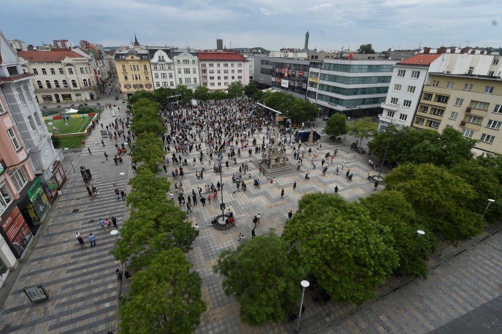 Lidé v Ostravě protestují proti chaotickému informování o koronaviru (20. 7. 2020).